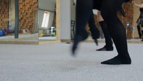 Практиковать балета на ковре в классе танцев видеоматериал