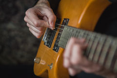 Практиковать в играть гитару Стоковая Фотография RF