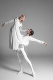 Практиковать 2 молодой артистов балета привлекательностей стоковая фотография rf