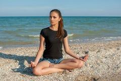 практикуя детеныши йоги женщины Стоковое Изображение RF