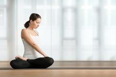 практикуя детеныши йоги женщины Стоковое фото RF