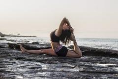 практикуя детеныши йоги женщины Стоковая Фотография