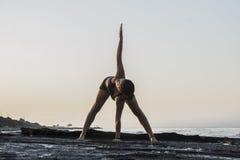 практикуя детеныши йоги женщины Стоковые Изображения