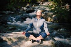 практикуя йога женщины стоковые изображения rf