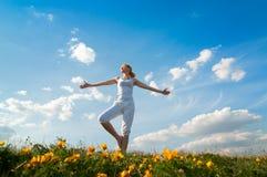 практикуя йога женщины Стоковые Фото