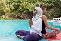 практикуя йога женщин Стоковое Фото