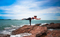 практикуя йога женщин стоковые изображения