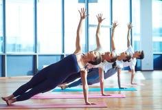 Практикуя йога Стоковые Фотографии RF