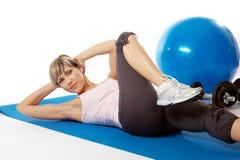 практикуя йога sportswoman Стоковое Изображение RF