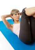 практикуя йога sportswoman Стоковые Фотографии RF