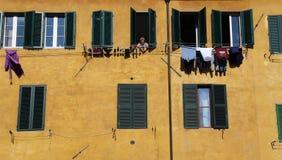 Прачечная висит от окон в Сиене, Италии Стоковые Фотографии RF