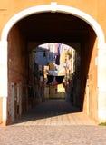 Прачечная, который нужно высушить под аркой между старыми зданиями Стоковое Изображение RF