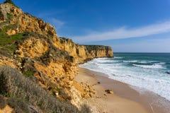 Прая делает Canavial около пляжа Лагоса Португалии девственного стоковое фото