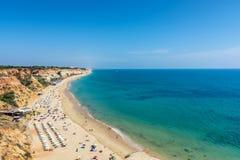 Прая da Falésia около Albufeira как один из самых длинных пляжей в Алгарве стоковые изображения rf
