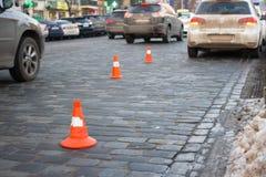 Пребывание конуса движения на улице вымощая камня Предел для парковать Стоковое Изображение RF