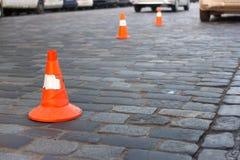 Пребывание конуса движения на улице вымощая камня Предел для парковать Стоковое фото RF