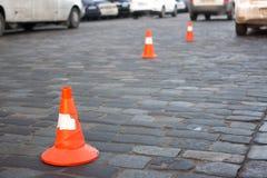Пребывание конуса движения на улице вымощая камня Предел для парковать Стоковые Изображения