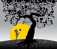 Пребывание мальчика под большим деревом Стоковое Изображение