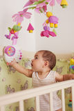 Пребывание младенца в кровати стоковое фото