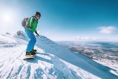 Пребывание на верхней части горы, Tatranska Lomnica Snowboarder, Словакия стоковая фотография rf