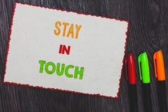 Пребывание показа знака текста в касании Схематическое фото держит соединенный через borde красного цвета белой бумаги средств ма стоковое фото