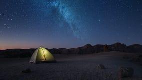 Пребывание промежутка времени ночное в туристском шатре на максимуме звездной ночи в горах перед рассветом видеоматериал