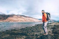 Пребывание путешественника молодого человека на цене озера горы Стоковое Фото