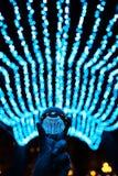 Пребывание хрустального шара в голубых светах гирлянды Стоковое Фото