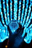 Пребывание хрустального шара в голубых светах гирлянды Стоковая Фотография RF
