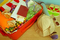 Превидение рейса Одежды и аксессуары ` s женщин в красном чемодане Стоковая Фотография RF