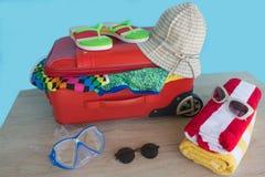 Превидение рейса Одежды и аксессуары ` s женщин в красном чемодане Стоковое фото RF