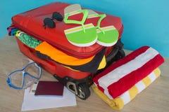 Превидение рейса Одежды и аксессуары ` s женщин в красном чемодане Стоковые Изображения