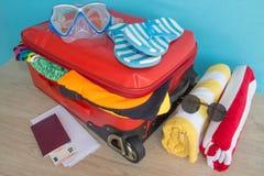 Превидение рейса Одежды и аксессуары ` s женщин в красном чемодане Стоковые Изображения RF