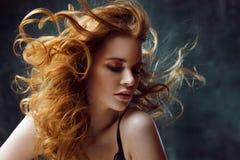 Превосходное вьющиеся волосы Счастливая красивая redheaded девушка Портрет студии на текстурированной предпосылке Длинные волосы  Стоковые Изображения