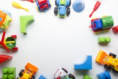 Превращаться детей воспитательный забавляется рамка на белой предпосылке Взгляд сверху Плоское положение Скопируйте космос для те стоковая фотография