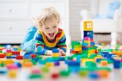 преграждает ребенка играя игрушку Игрушки для малышей стоковое фото rf