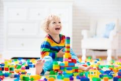 преграждает ребенка играя игрушку Игрушки для малышей стоковые изображения rf