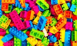 преграждает фокус края кирпичей изолированный около пластичной селективной белизны игрушки Стоковые Фото