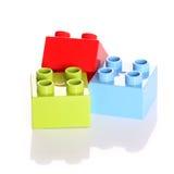 преграждает фокус края кирпичей изолированный около пластичной селективной белизны игрушки Стоковые Изображения