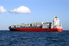 Преданность Containership максимальная поставленная на якорь из залива Algeciras в Испании Стоковое Фото