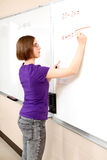 предварительный студент математики девушки предназначенный для подростков стоковое фото