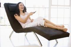 предводительствуйте усаживание управления дистанционное используя женщину Стоковое Фото