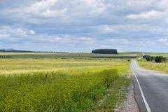 Предгорья гор Bashkir Ural fields с дорогой к востоку Стоковая Фотография RF