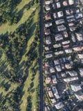 Предел между лесом и городом стоковые изображения rf