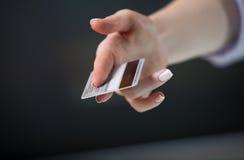 предлагать жеста карточки Стоковое фото RF