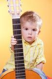 предлагать игры гитары ребенка Стоковое Изображение