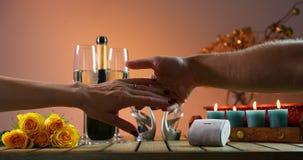 Предложение замужества Человек кладет кольцо на палец девушек Бутылка шампанского с 2 стеклами женщины романтичного захода солнца видеоматериал