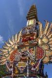 Предложите цену башня кремации с традиционными балийскими скульптурами демонов и цветков на центральной улице в Ubud, острове Бал стоковые фотографии rf