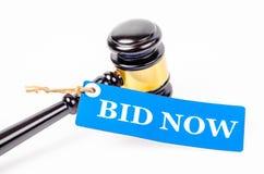 Предложите цену теперь текст на бумажной бирке с деревянным аукционом молотка стоковые фотографии rf