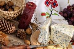 предметы голубого сыра изолированные плодоовощами стоковые фотографии rf